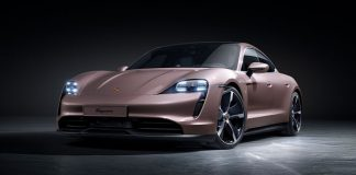 arkadan itişli Porsche Taycan